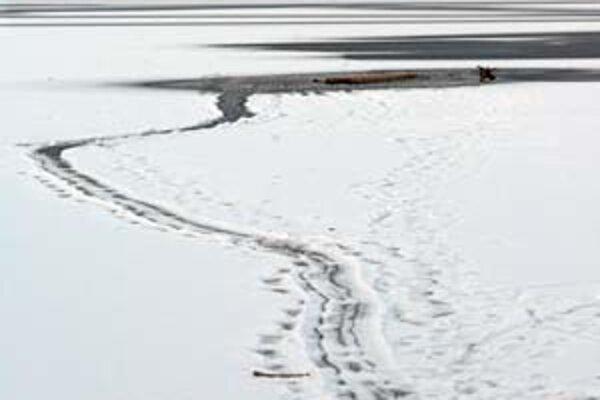 Stopy v snehu ukazujú, kadiaľ policajti vliekli muža, ktorého vytiahli z Draždiaku.