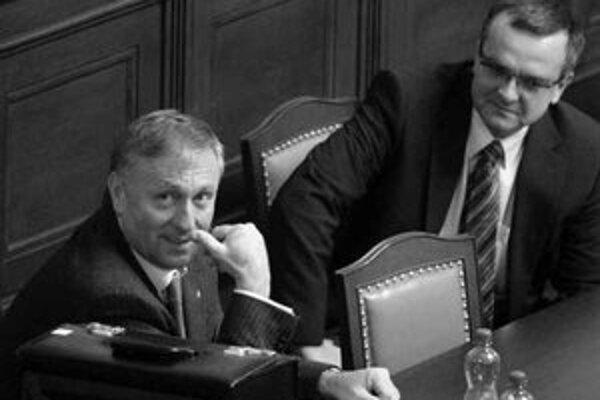 Český premiér Miroslav Topolánek a minister financií Miroslav Kalousek mali po zverejnení deficitu za rok 2007 na úrovni 1,9 percenta HDP dôvod na úsmev.