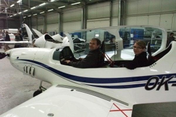 Vladimír Pekár a Barbora Gálová v lietadle Shark.