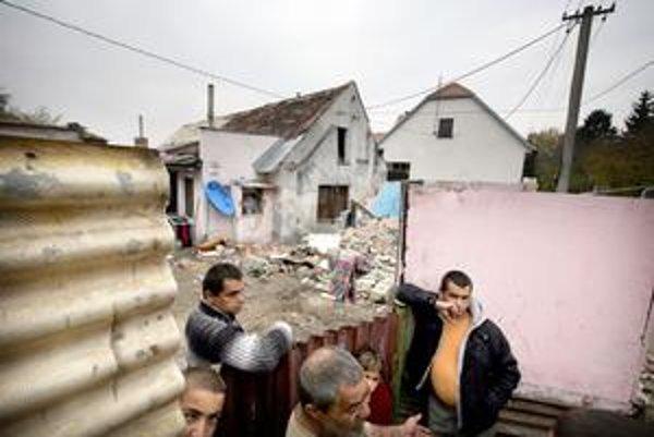 Problémová rómska rodina po sporoch so susedmi musela zbúrať vlastný dom. Iné miesto, kde bývať, však nemá.