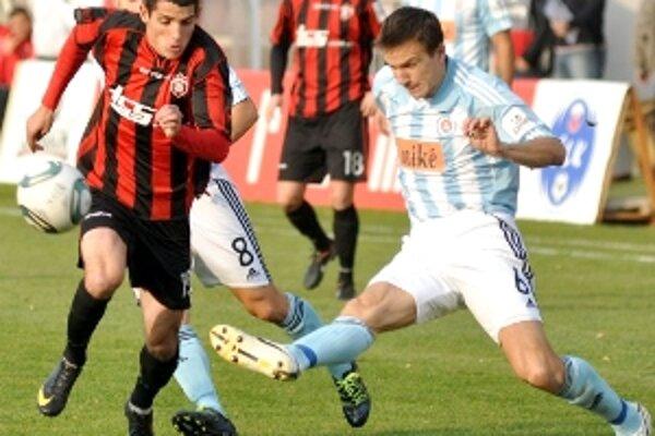Radoslav Ciprys v súboji s Dobrotkom v zápase Trnava - Slovan.