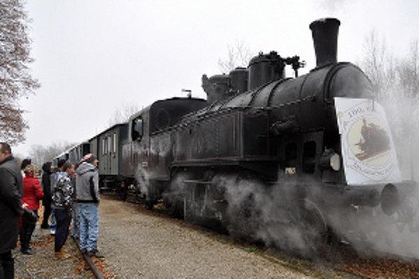 Lokomotívu s dvomi vozňami vypravili na sté výročie trate.