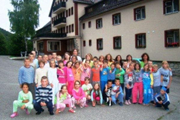 Účastníci veľkej pyžamovej párty.