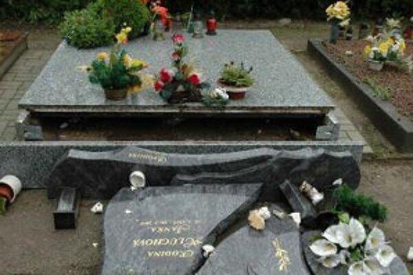 Cintorín v Rohožníku. Škody sú značné.