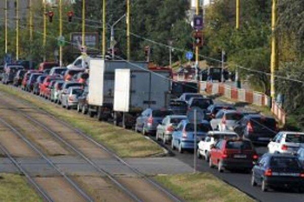 Vodiči si musia zvyknúť na zápchy pri vstupoch do väčších miest.