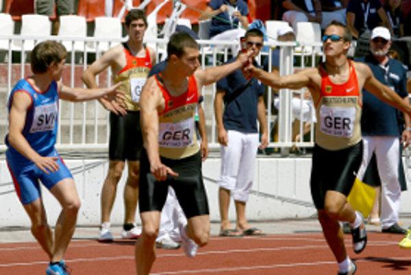 Ján Beňa (vľavo) ako člen štafety Slovenska.
