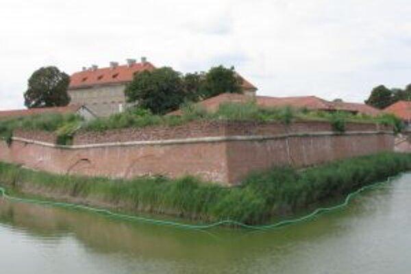 Opevnenie zámku je porušené na viacerých miestach.