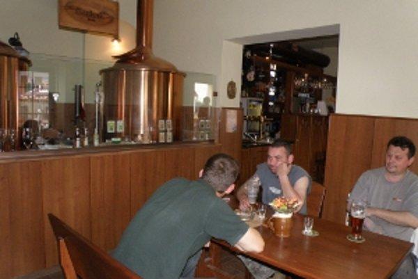 Atmosféru umocňujú varny na varenie piva umiestnené priamo v interiéri krčmy.
