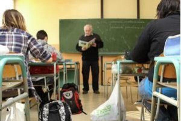 Starší učitelia sú vraj pre niektoré školy kľúčoví