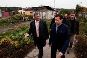 Minister vnútra Daniel Lipšic situáciu v nelegálnej rómskej kolónii kontroloval osobne.