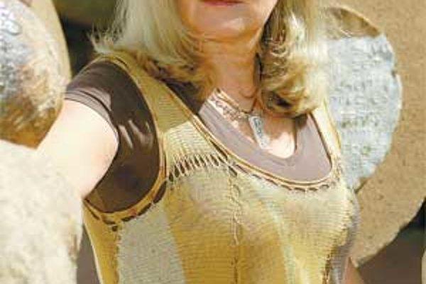 Jaroslava Anna Šicková-Fabrici, akademická sochárka. V roku 1975 absolvovala štúdium monumentálneho sochárstva v Bratislave, do roku 1984 pôsobila ako výtvarníčka v slobodnom povolaní. Od roku 1984 sa venuje arteterapii, od roku 1991 pôsobí na Katedre lie