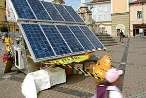 Solárny bar na banskobystrickom Námestí Slovenského národného povstania. Všetku energiu potrebnú na mixovanie nápojov a odšťavovanie ovocia v občerstvovacom stánku vyrábajú solárne fotovoltické články. Ide o súčasť medzinárodného dobrovoľníckeho projektu