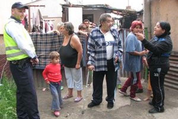 Hliadka mestskej polície chodí kontrolovať Družstevnú ulicu pravidelne dvakrát denne. Pre početnú rómsku rodinu, ktorá na nej býva, patrí medzi kritické miesta.