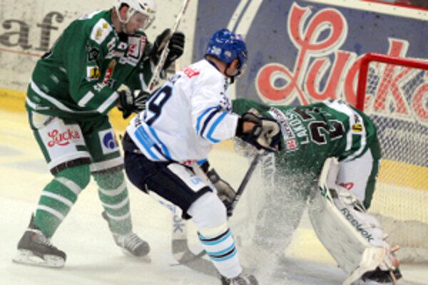 Brankár Lakosil a obranca Jankovič nedovolili skórovať hosťujúcemu Mikulovi.