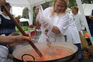 Počas paradajkových slávností piekli rajčinovú tortu, paradajkovým lekvárom plnili palacinky, ale najmä vo veľkom varili lečo.