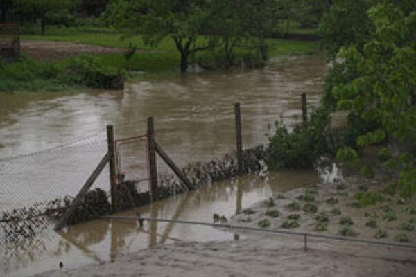 Množstvo polí po celom Záhorí zostalo dnes pod vodou. Takto to vyzeralo predpoludním v Jablonici.