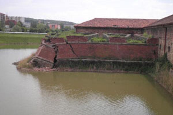 Zrútená stena bastiónu.