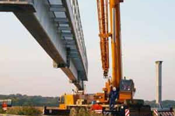 Chátrajúci diaľničný nadjazd majú začať opravovať v lete.