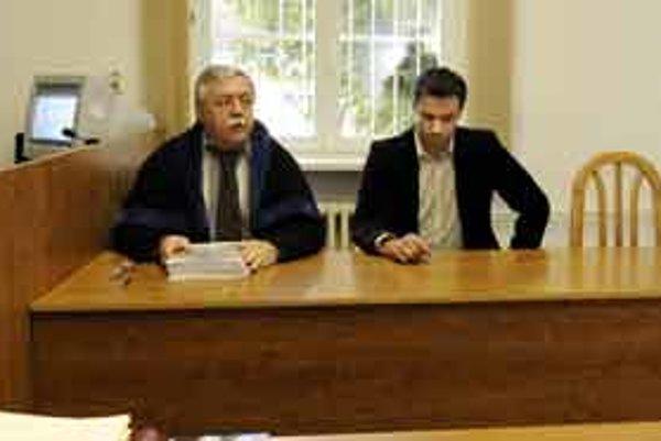 Advokát a exmoderátor pred súdom.