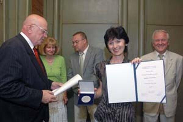 Jarmila Cihová pri preberaní Ceny Jána Hollého z rúk predsedu poroty Jána Vilikovského.