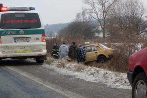 Auto najskôr prevrátili na kolesá a potom vytiahli na cestu.