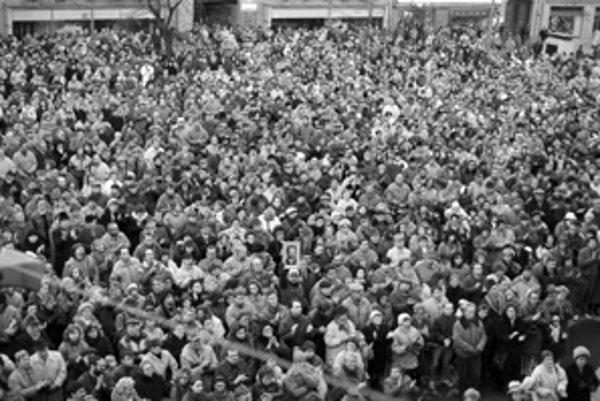 Ľudia sa pred dvadsiatimi rokmi zhromažďovali v rôznych kútoch Slovenska.