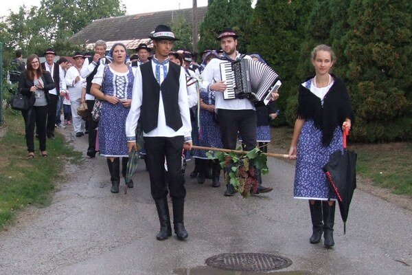 http://novezamky.sme.sk/c/8014614/velka-fotogaleria-vinobranie-vo-velkych-lovciach.html