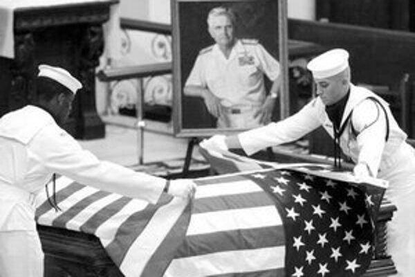 Fotografie, ktoré nemá rád nikto v Spojených štátoch – vojaci sa vracajú domov v rakvách prikrytých americkou zástavou.