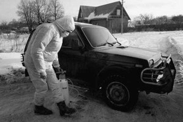 Veterinár dezinfikuje auto v ohrozenej oblasti.