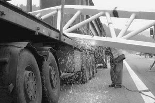 Takto dopadol oceľový portál – ostal napichnutý na českom kamióne.