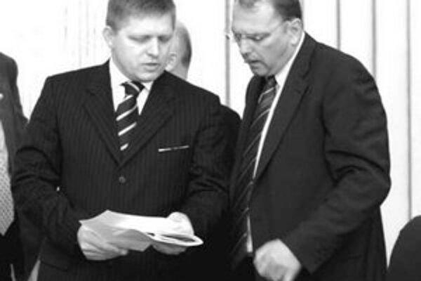 Premiér Fico zasahuje do riadenia železníc. Je to však úloha pre ministra dopravy Ľubomíra Vážneho (vpravo).