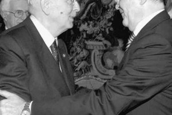 Vyriešenie vládnej krízy má teraz v rukách prezident Giorgio Napolitano (vľavo). Očakáva sa, že novú vládu opäť zostaví Romano Prodi.