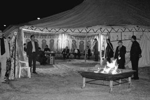 Vtomto stane, s televíziou a klimatizáciou, prijíma Kaddáfí všetky zahraničné delegácie.Vstane nebýva.