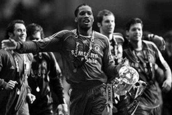 Útočník Didier Drogba s trofejou sa dvoma gólmi zaslúžil o víťazstvo Chelsea nad Arsenalom vo finále anglického Ligového pohára.