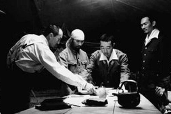 Záber z filmu Listy z Iwo Jima. Generál Kuribayashi (vľavo) pri strategickej porade.