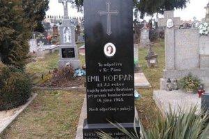 S úctou a láskou sa starajú o hrob Emila Hoppana napriek tomu, že sa jedná len o symbolický hrob.