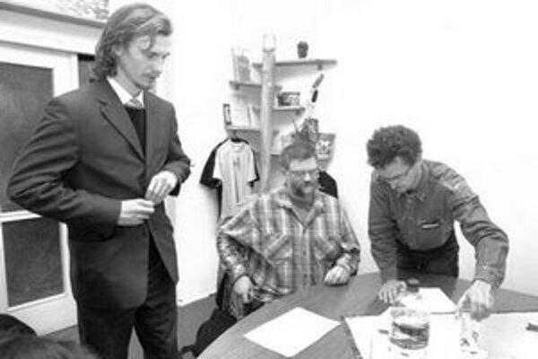 Ján Roháč (v strede) ako člen výberovej komisie nepodpísal zápisnice. Podľa Brinzíka (vpravo) budú aktivisti žiadať opakovanie výberového konania.