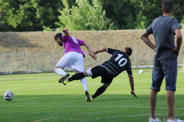 Súboj domáceho Gonzálesa (11) ahosťujúceho Soboňu (10) sleduje ostražito tréner Veľkých Ludiniec Igor Kasana. Vzápase napokon zvíťazil KFC vpomere 2:1.
