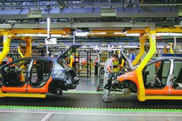 V trnavskom závode PSA dnes pracuje cez 3300 zamestnancov, najviac - okolo 1200 – v montážnej hale. Najviac robotizované sú prevádzky lisovne a zvarovne. Dnes sa v závode pracuje na dve zmeny. Nepracuje sa v noci a cez víkend. Každý zo zamestnancov pri vý