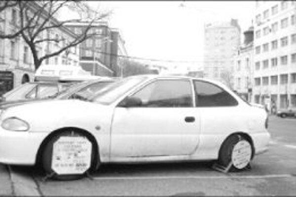 Špekulantovi, ktorý chcel zaparkovať v centre Bratislavy zadarmo na mieste, kde je státie zakázané, jeho čin nevyšiel. Polícia, ktorá má kúsok od tohto miesta kameru, si všimla, že papuča, ktorú má auto nasadenú, sa už nepoužíva, tak mu nasadila skutočnú.