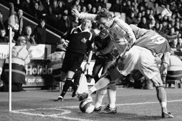Andrij Ševčenko bojuje o loptu s Liamom Ridgewellom (vpravo). Zo stretnutia Premier league Aston Villa - Chelsea 0:0.