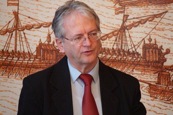 Primátor Komárna L. Stubendek na tlačovej konferencii.