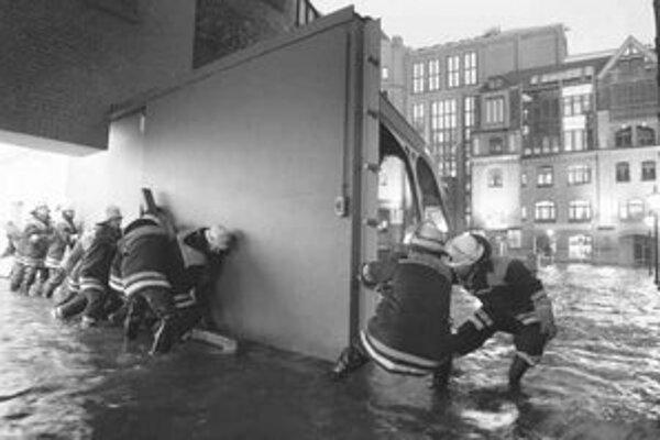Hamburský prístav zaplavený vodou.