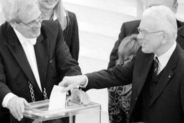Nový šéf europarlamentu Pöttering pri hlasovaní (vpravo).