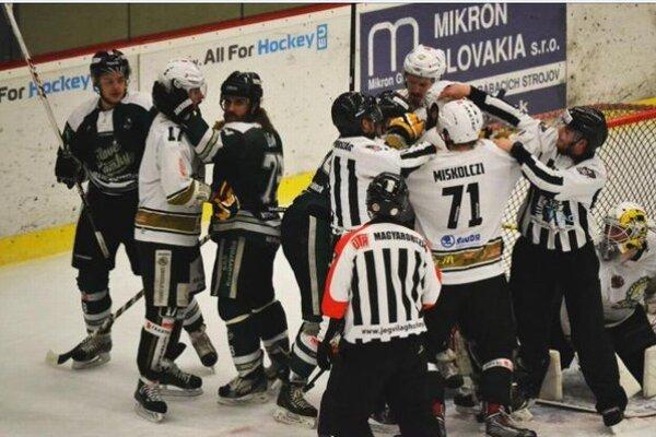 V zápasoch HC Mikron proti Miskolcu nebola o šarvátky núdza.