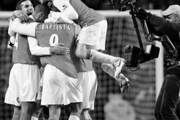 Hráči Arsenalu sa tešia z víťazstva 2:1 nad Manchestrom United.