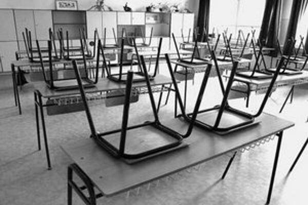 V okrese Žiar nad Hronom zatvorili niekoľko škôl v meste, ale aj v blízkej Kremnici a ďalších obciach. Školáci z Hornej Ždane už dokonca prázdninujú po druhýkrát.