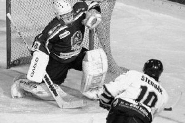 V 36. minúte zápasu Nitra - Košice vyrovnal na 2:2 obranca hostí Marcel Šterbák prudkou strelou z pravého kruhu, brankár Arturs Irbe zareagoval neskoro. FOTO PRE SME - MICHAL HORNICKÝ