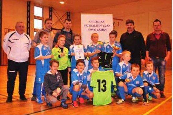Víťazné družstvo ŠK Šurany, ktoré prešlo v domácom prostredí turnajom bez zakolísania.