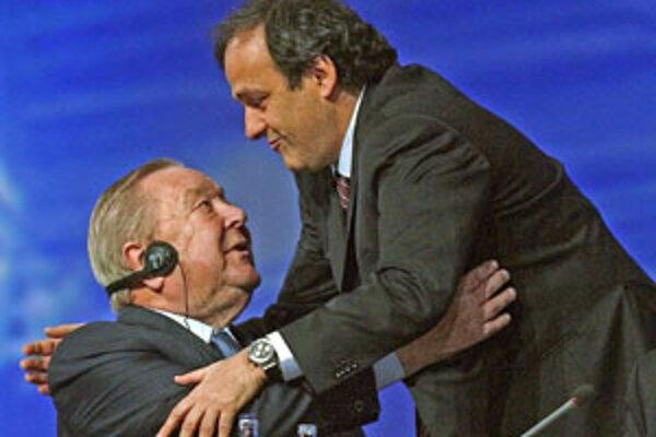 Švéd Lennart Johansson (vľavo) blahoželá Michelovi Platinimu k zvoleniu za nového predsedu Európskej futbalovej únie.